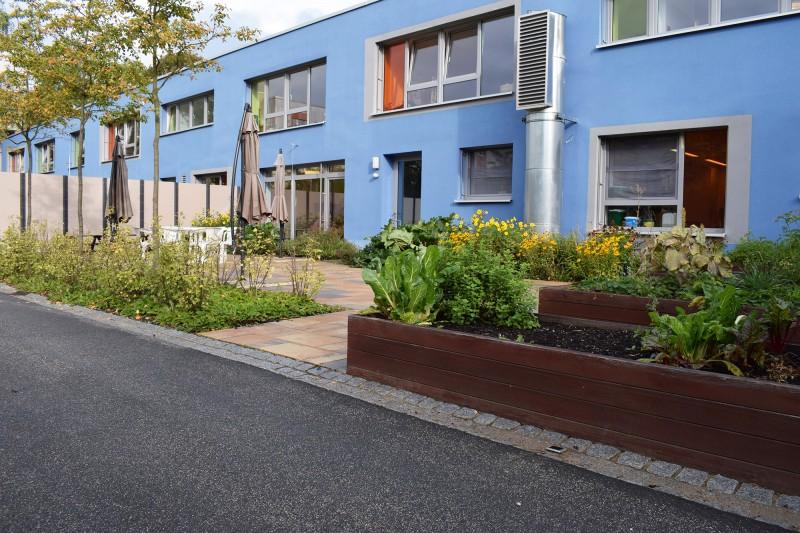 Küchengarten und Außenbereich zum Restaurant.